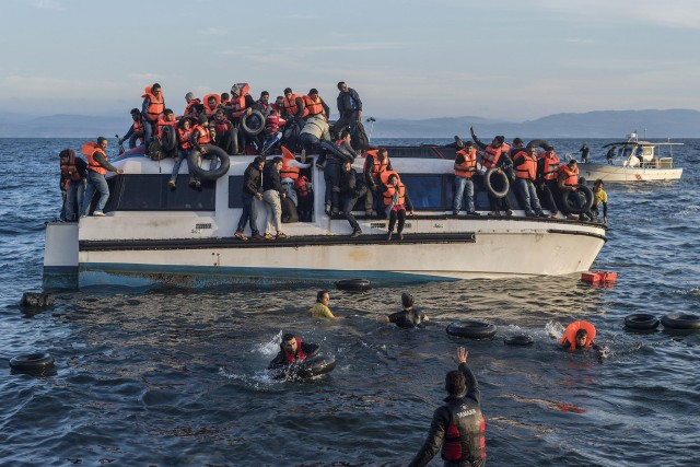2048px-20151030_Syrians_and_Iraq_refugees_arrive_at_Skala_Sykamias_Lesvos_Greece_2